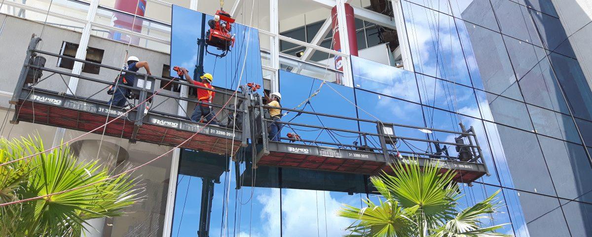 Funcionários executando projeto Fachada Shopping Estação BH cliente da Cristal Glass