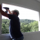Foto de Funcionário da Cristal Glass instalando Esquadria de PVC